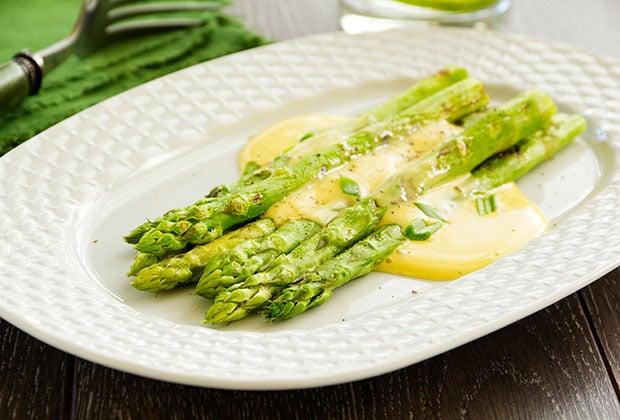 Asparagus with béarnaise sauce